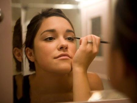 rb-applying-makeup-8-0809-de