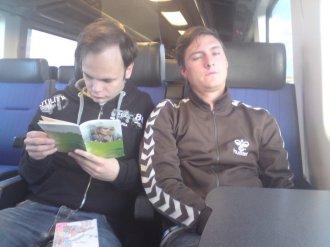 En något trött Patrik på tåget