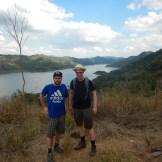 2 turister på toppen av en kulle