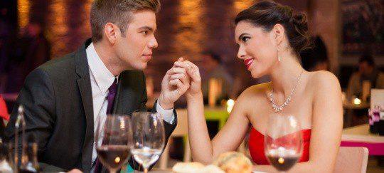 Una cena romántica siempre es una buena opción para una cita con una chica