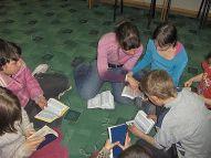 children readin bible