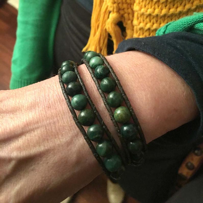 Karin blij met haar nieuwe Afrikaanse Jade armband.