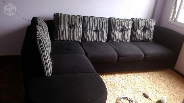 Sof de canto de tecido preto ideal para sua sala de estar