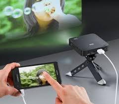 menampilkan presentasi dengan mudah dengan proyektor mini terbaik