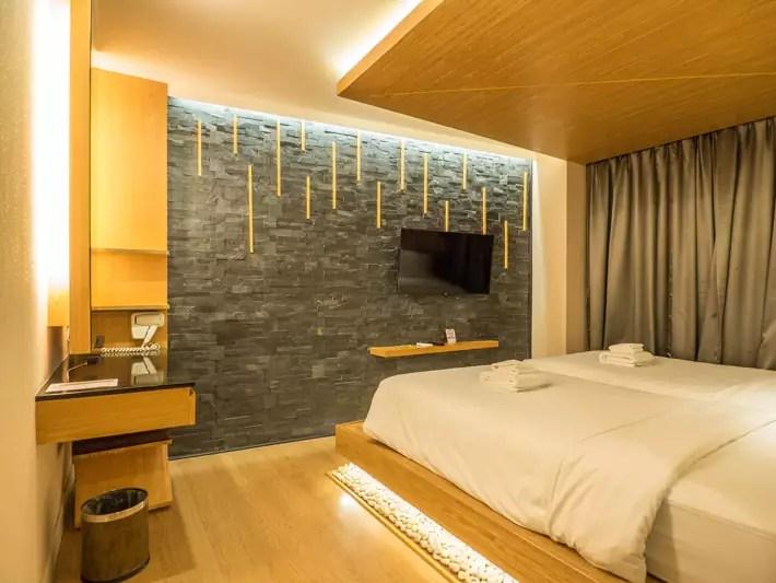zenniq-hotel-bedroom,-Day-trips-from-Bangkok,-Thailand