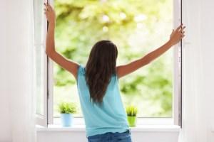 shutterstock_155363555 - mulher e janela