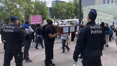 صورة مظاهرة كبيرة امام باب مكتب وزيرة اللجوء والهجرة ماجي دي بلوك (فيديو)