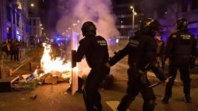 صورة برشلونة: اشتباكات اندلعت بين المتظاهرين والشرطة بسبب قيود مكافحة كوفيد