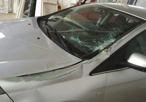Palo colpisce auto in transito. Tragedia sfiorata