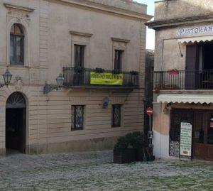"""Affisso al comune di Erice lo striscione """"Verità per Giulio Regeni"""""""