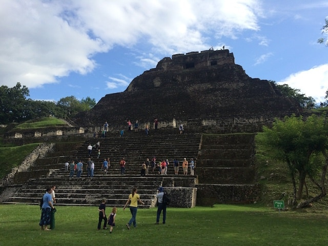 xunantunich-tourists