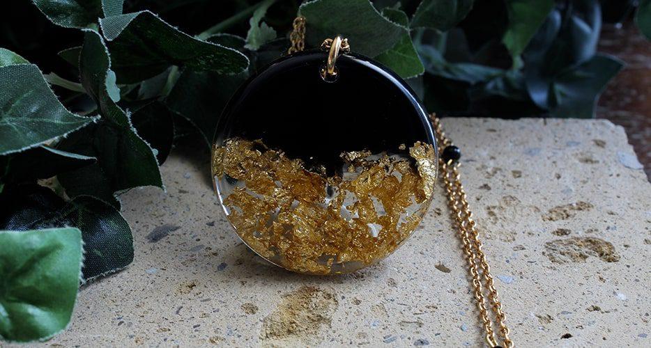 Collana PAN  Contemporanea Resina foglia oro Bella bri. © Copyright Bella bri. Tutti i diritti sono riservati.