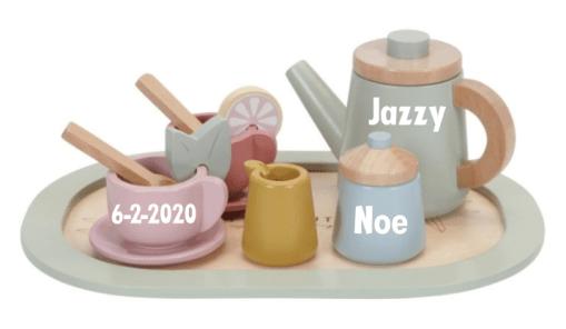 Little Dutch - theeservies - Gepersonaliseerd met naam en geboorte gegevens Zullen we samen theedrinken? Met dit schattige houten theeservies kan je kleintje heerlijke kopjes thee schenken en denkbeeldige taartjes serveren aan vriendjes en vriendinnetjes. Eigenschappen: Little Dutch Houten Theeservies Kleur: roze, mint of multi color Materiaal: hout Afmetingen: 9,5 x 24 x 24 cm 8-delige set Zorgt voor optimaal speelplezier van je kleintje Makkelijk schoon te maken met een vochtig doekje