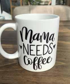Koffie mok - Mama needs coffee - Cadeau voor mama - Mama cadeau - Moederdag cadeau - Koffiemok - Gepersonaliseerd