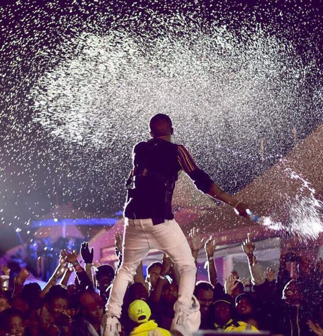 BellaNaija - WATCH: Wizkid performs for Thousands in Nairobi under Rainy Conditions