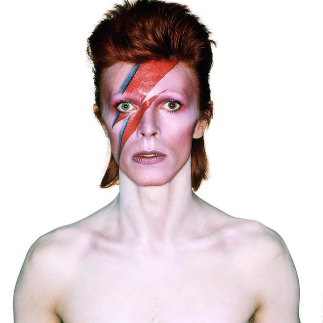"David Bowie come Aladdin Sane, nel 1973. Trucco di Pierre La Roche, fotografato da Brian Duffy, parte della mostra ""David Bowie is"", in programma al Victoria and Albert Museum (©Duffy Archive/©V&A Images)"