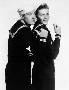 Due marinai e una ragazza