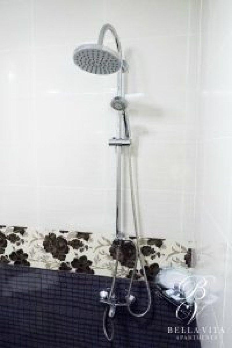 Луксозна баня с масажиращ душ в обзаведен апартамент под наем Благоевград широк център