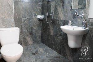 Луксозна баня в обзаведен апартамент под наем Благоевград широк център