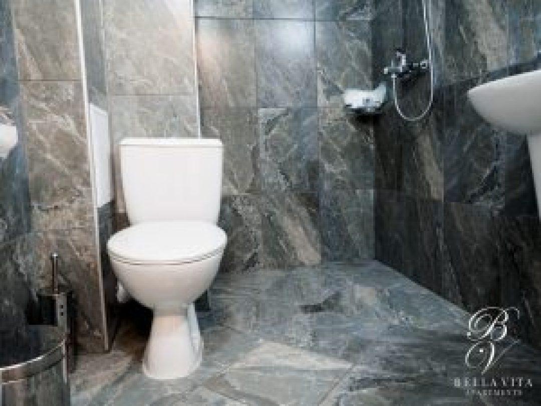 Луксозно обзаведена баня в двустаен апартамент под наем Благоевград