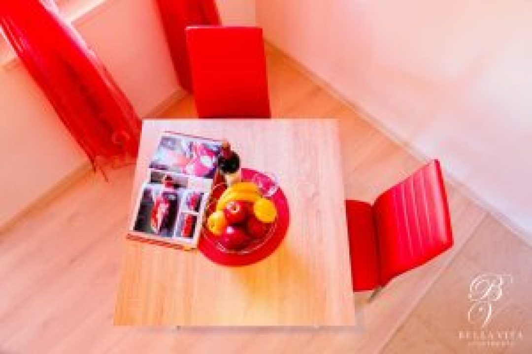 Маса за двама в едностаен луксозно обзаведен апартамент под наем Благоевград мила