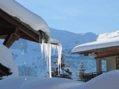 Ijspegels en sneeuw in de winter in Les Carroz