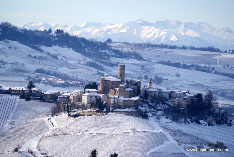 Barolo Serralunga dAlba e colline di Langhe sotto la neve