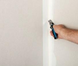 5) Tagliare il nastro a filo stuccatura.