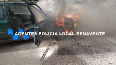 Photo of Se incendia un coche que circulaba por la avenida El Ferial