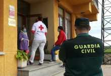 Photo of La Guardia Civil y Cruz Roja asisten a varias mujeres confinadas dentro de un club de alterne