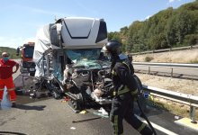 Photo of Dos heridos tras un brutal accidente entre dos camiones en la A-52
