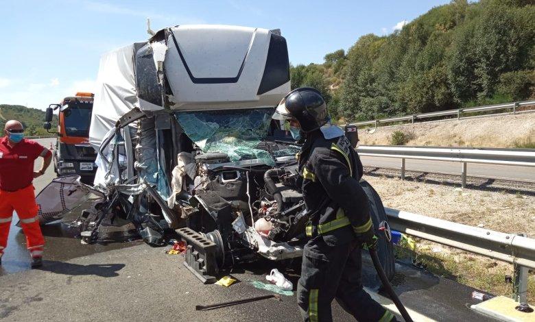 Photo of Dos heridos tras un brutal accidente entre dos camiones en la A-52