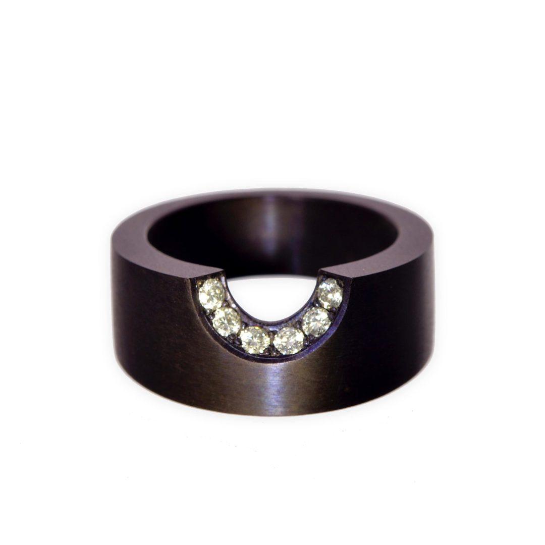 Bague Mordue Tantale Métal Noir et Diamants