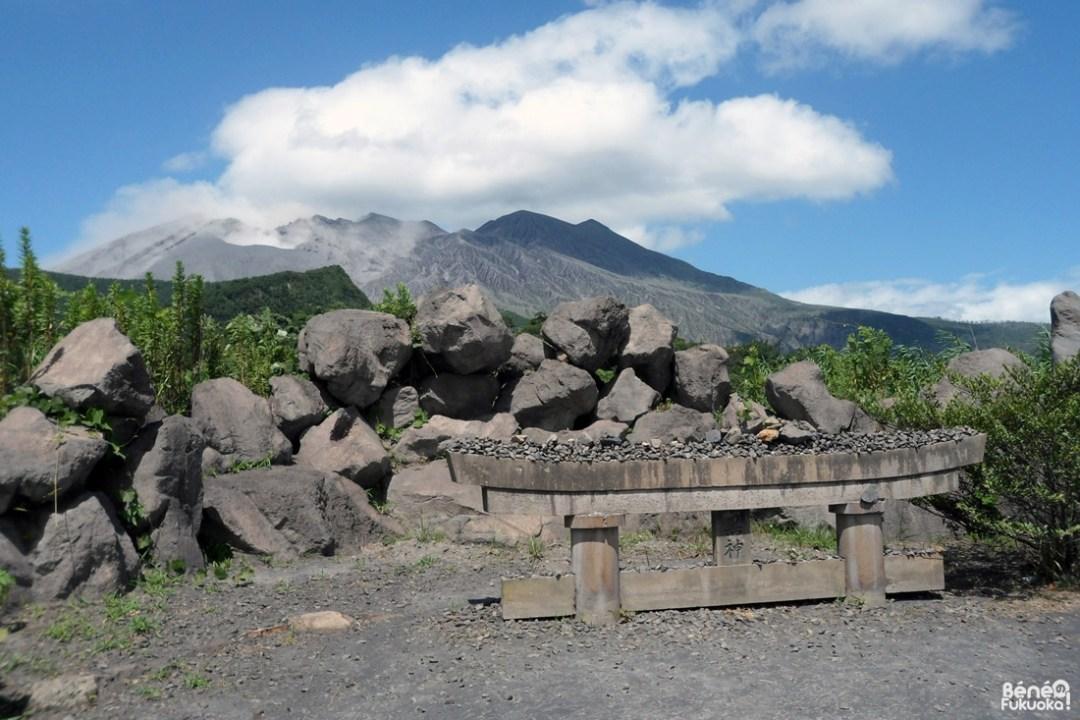 Torii enfoui sous la cendre du Sakurajima