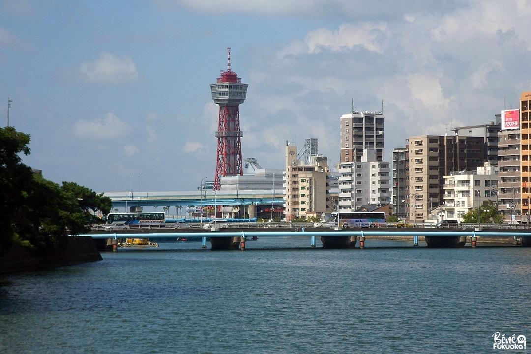 Vue sur la Hakata Port Tower depuis le centre-ville de Fukuoka