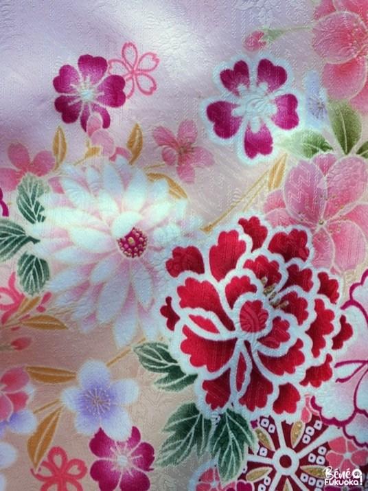 Motifs floraux de kimono rose