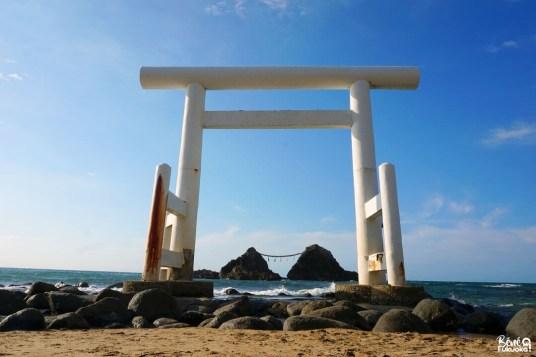 Le torii flottant Futamigaura et les rochers mariés Meoto Iwa à Itoshima, Fukuoka
