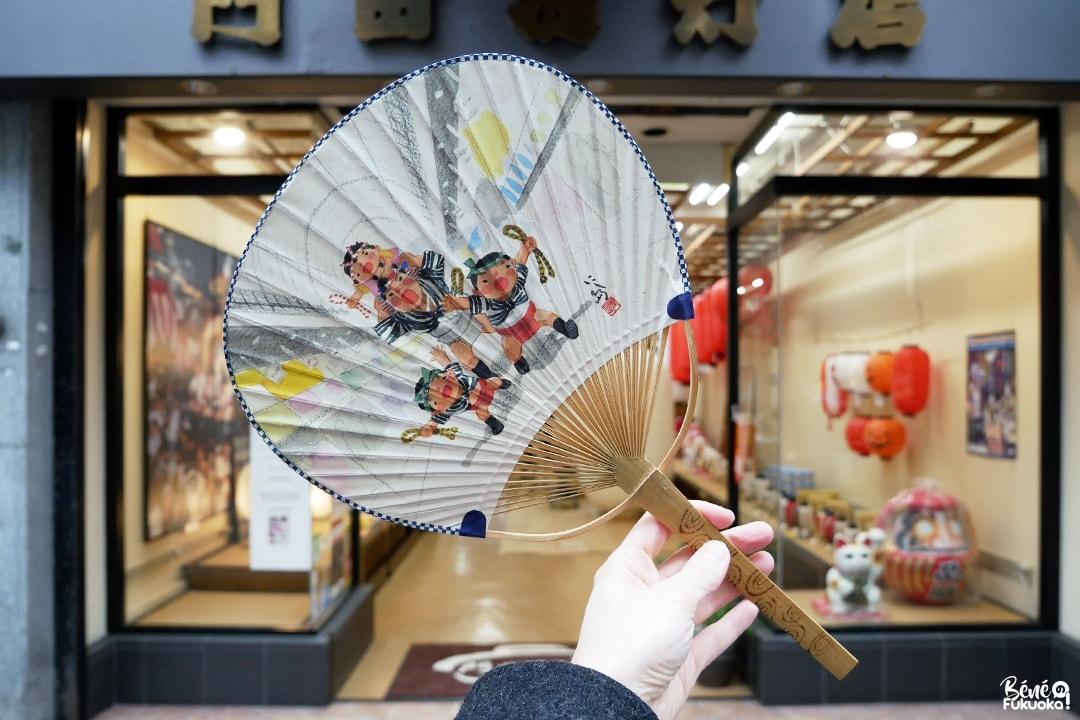 Uchiwa, éventail japonais en papier illustré par Nishijima Isao.