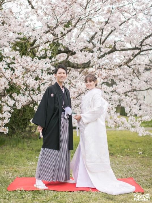 Photos de mariage sous les cerisiers du parc Maizuru, ville de Fukuoka, Japon