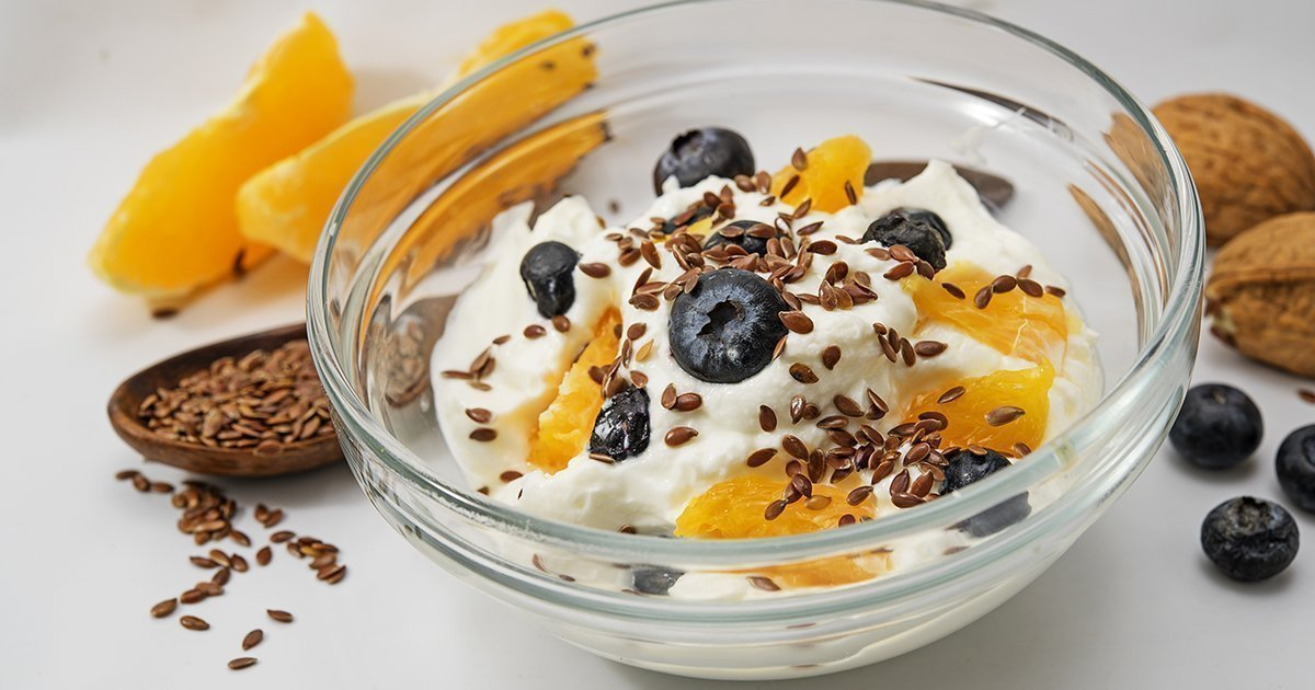 Quark, yogurt or cottage cheese, flax seeds and fresh fruits aug
