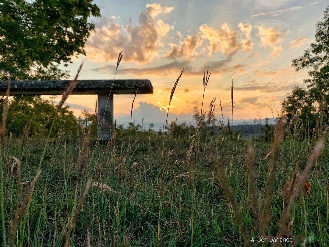 un banc au coucher de soleil