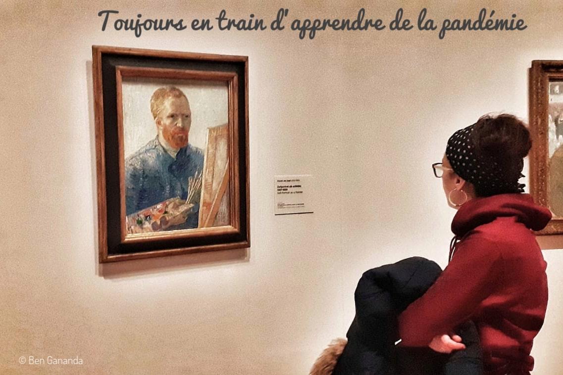 Une femme regarde un tableau de Van Gogh
