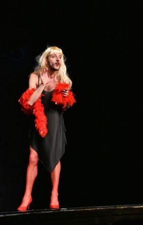 Ben Gananda jouant en femme