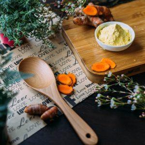 cuillère en bois et épices