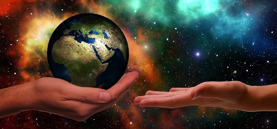 la terre tenue dans des mains