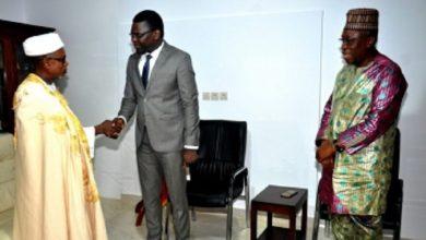 Photo of Sa Majesté Bio Doko Dodonou II félicite et encourage Joseph Djogbénou