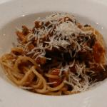 Hutspot metamorfose (wortel 'spaghetti' en crème met aardappelpoffertjes, geroosterde sjalotten, varkenswangetjes in bockbier, appelcompote en krokant rookspek)