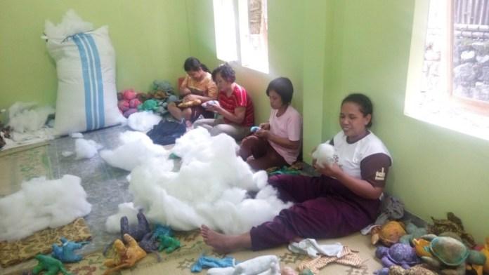 Proses produksi boneka Salamanda Craft