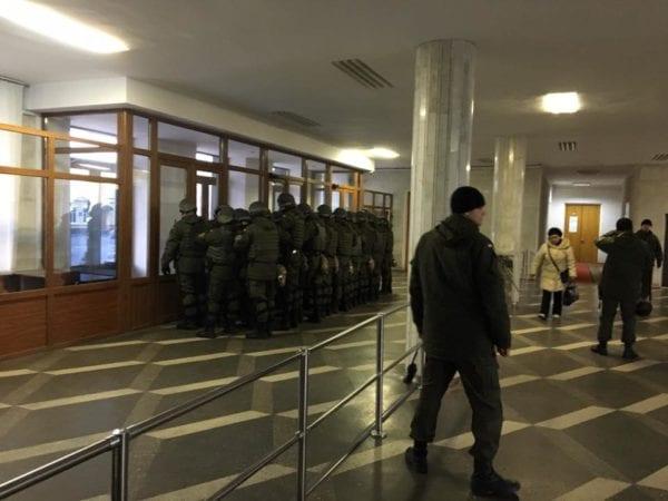 Бойцы нацгвардии тренировалась защищать здание Житомирской ОГА от зомби