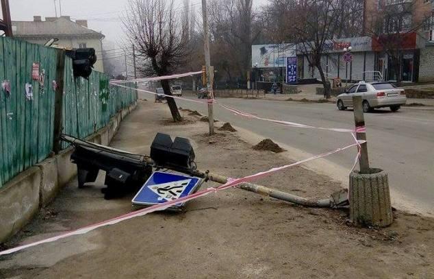 В Бердичеве начали регулировать движение пешеходов на тротуаре при помощи… светофора. ФОТО